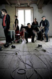 La Roulette Rustre, propose un étonnant alliage musical cuivré, forgé à coup de chanson à quatre voix et de rock progressif.