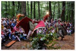 """« Un Robin des bois réinventé, à partir des chansons de geste et des romans qui en ont fait un héros populaire(.....) Les clins d'oeil sont nombreux et font mouche auprès du public des"""" grands"""" yes we can au détour d'une chanson (..) les enfants participent.. le message de Sherwood, actuel, toujours plus de malheureux, (..)   Tout public à partir de 5 ans. Spectacle de théatre d'objets et de marionnettes. Il est possible de jouer ce spectacle en extérieur sur la place du village ou dans un parc, nous apportons un gradin  en bois  pour un public de 100 personnes assises. (adaptable en salle et réductible en nombre de places)"""