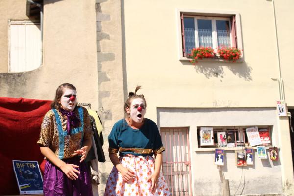 BIF TEK une création originale de et avec Evangélia Pruvot et Camille Bernaudat. ( Festival d'Aurillac)