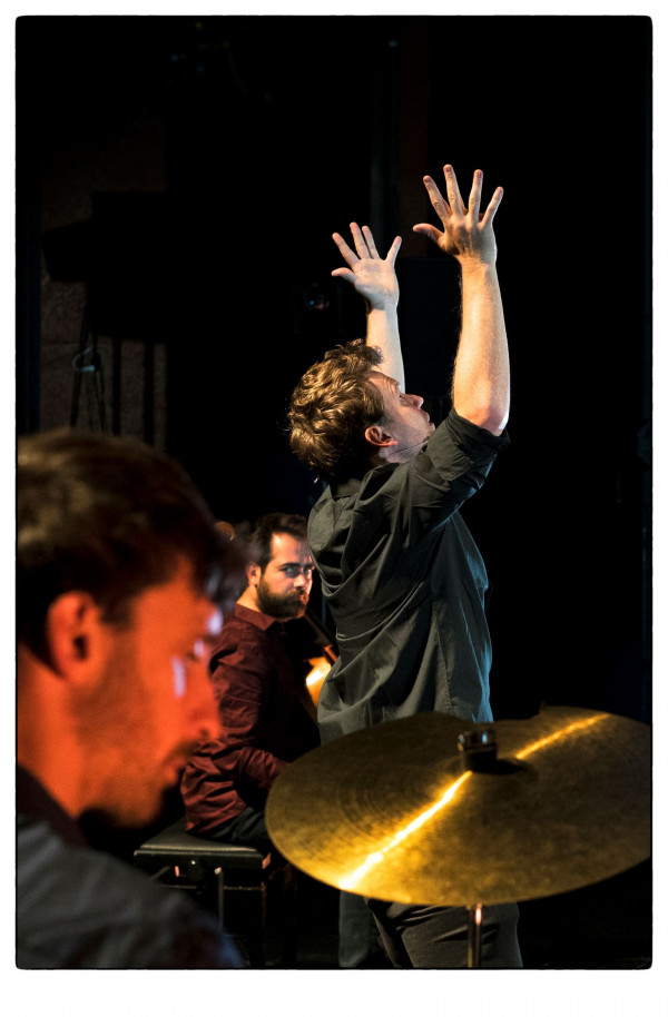 Troi(e)s_Matthieu Epp (récit)Luvan (auteure) Anil Eraslan (violoncelle)Fred Guérin (batterie) Laeticia Hohl (création lumière)